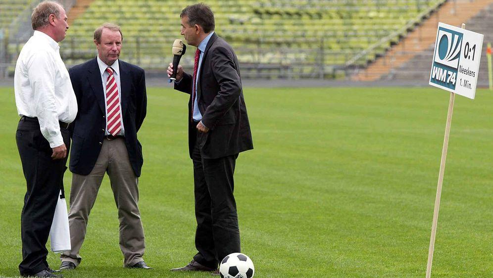 Berti Vogts (m.) wünscht sich Uli Hoeneß (l.) an der DFB-Spitze - Bildquelle: AFPSIDYURI KADOBNOV