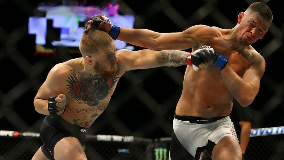 Conor McGregor verpasst Nate Diaz bei UFC 196 einen Schlag - Bildquelle: Getty Images