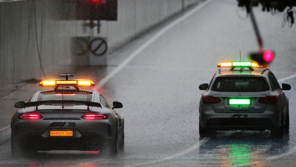 Der Safety Car begutachtet die verregnete Strecke vor dem dritten freien Tra... - Bildquelle: 2020 Getty Images