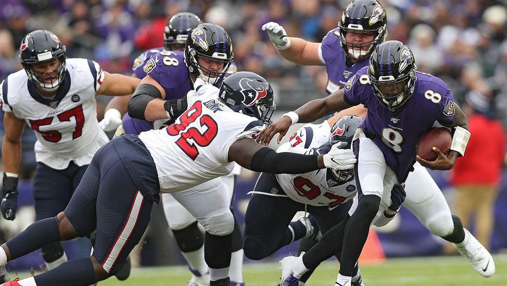 Zum nächsten Sieg gestürmt: Lamar Jackson (r.) führt die Baltimore Ravens au... - Bildquelle: Getty Images