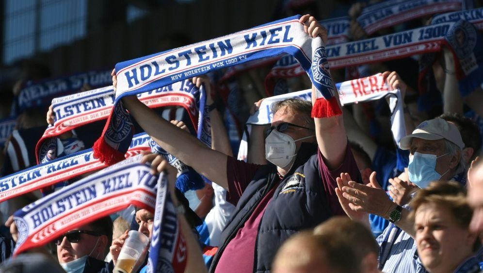 Holstein Kiel darf am Samstag vor 12.000 Fans spielen - Bildquelle: FIROFIROSID