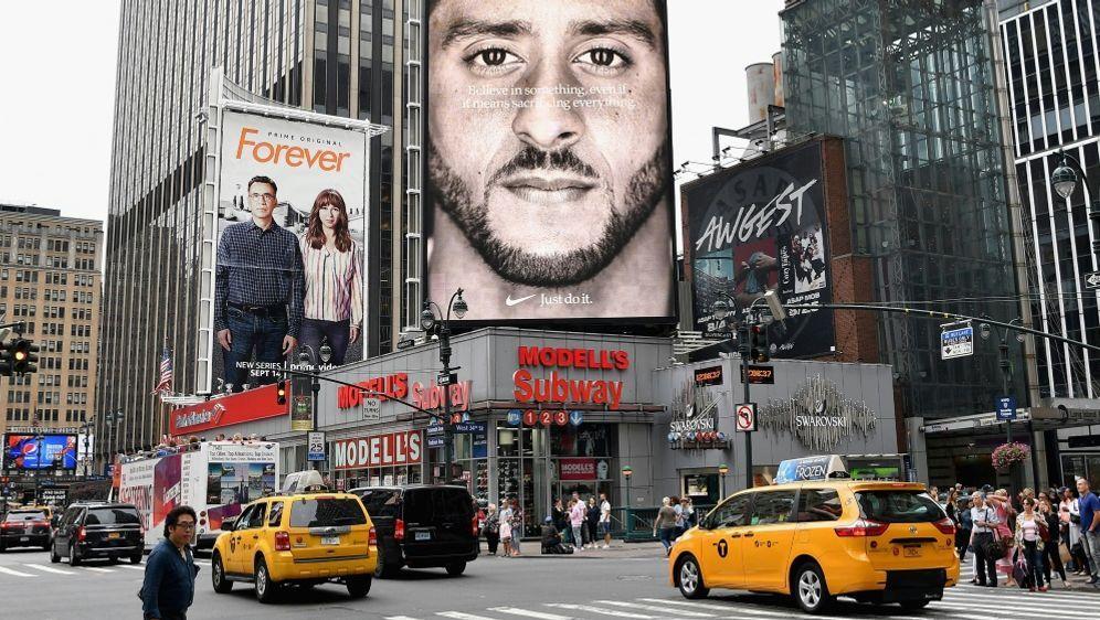 Die Kampagne mit Kaepernick lässt Nike-Aktie steigen - Bildquelle: AFPSIDANGELA WEISS