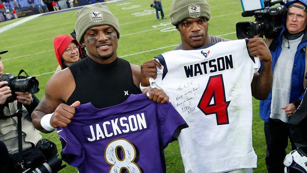 Deshaun Watson (l.) und Lamar Jackson tauschten nach dem Sieg der Baltimore ... - Bildquelle: 2019 Getty Images