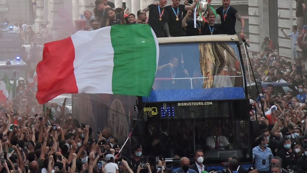 Zehntausende Fans feierten die EM-Helden in Rom - Bildquelle: AFPSIDTIZIANA FABI