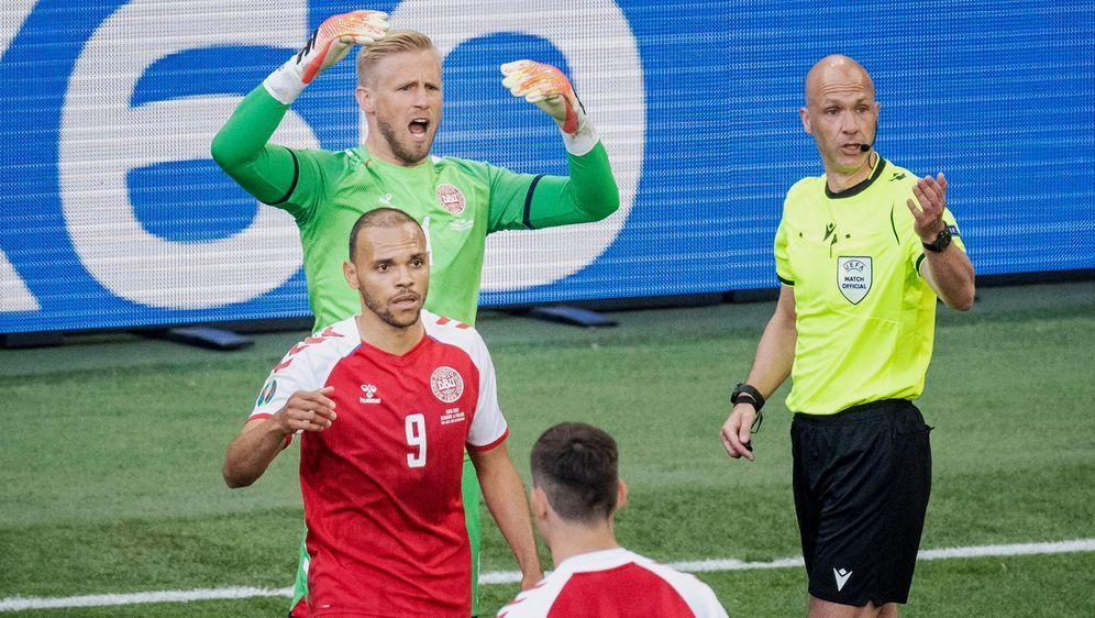 Anthony Taylor (r.) leitete das EM-Spiel zwischen Dänemark und Finnland. - Bildquelle: imago