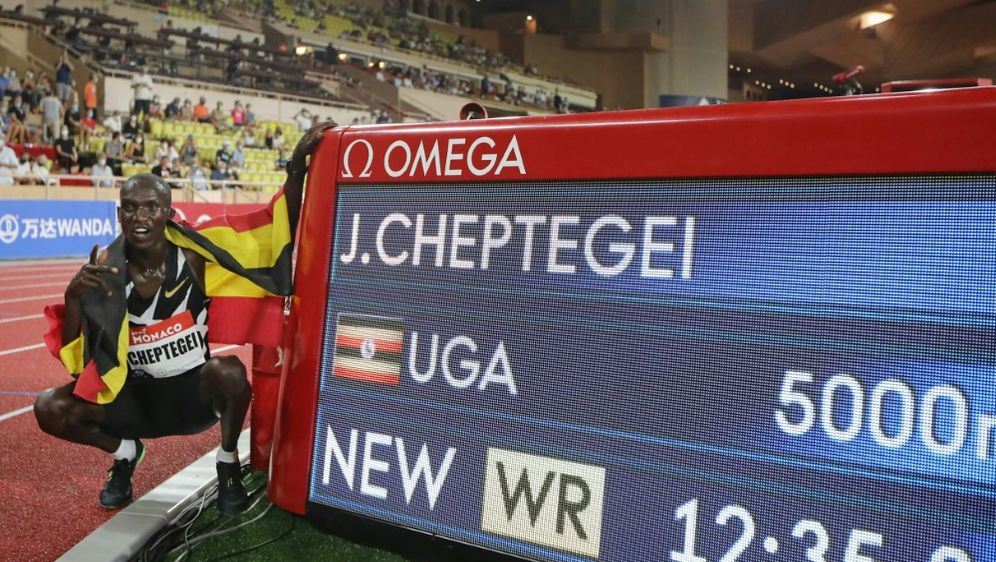 Joshua Cheptegei hält den neuen Weltrekord über 5000m - Bildquelle: AFPSIDVALERY HACHE