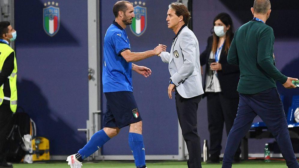 Der Abwehrchef und der Trainer: Leonardo Bonucci (l.) und Roberto Mancini. - Bildquelle: imago images/Gribaudi/ImagePhoto