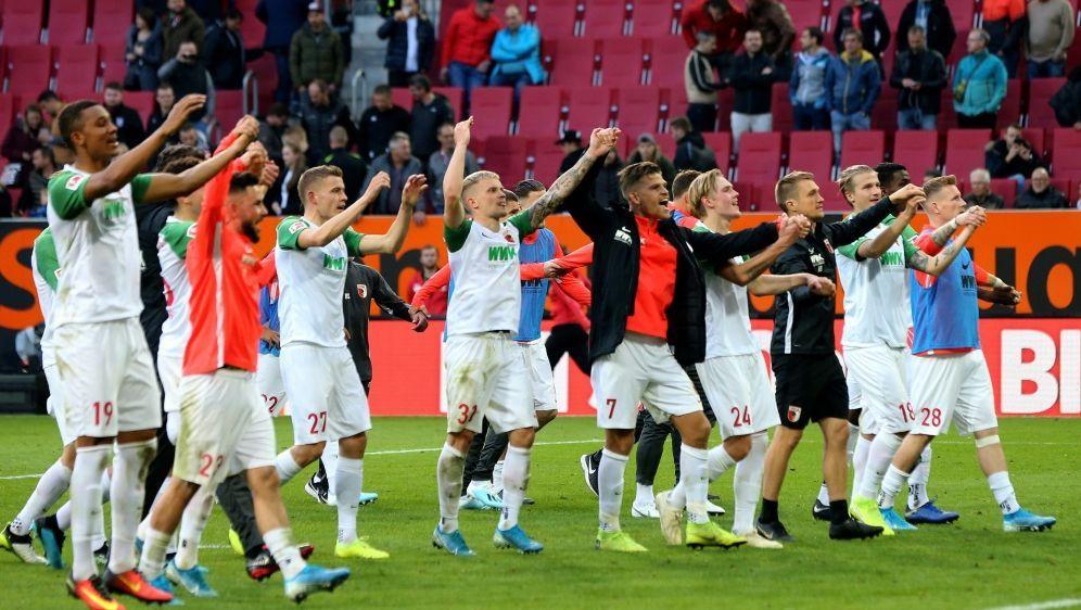Die Augsburger feiern das Remis gegen den FC Bayern - Bildquelle: FIROFIROSID