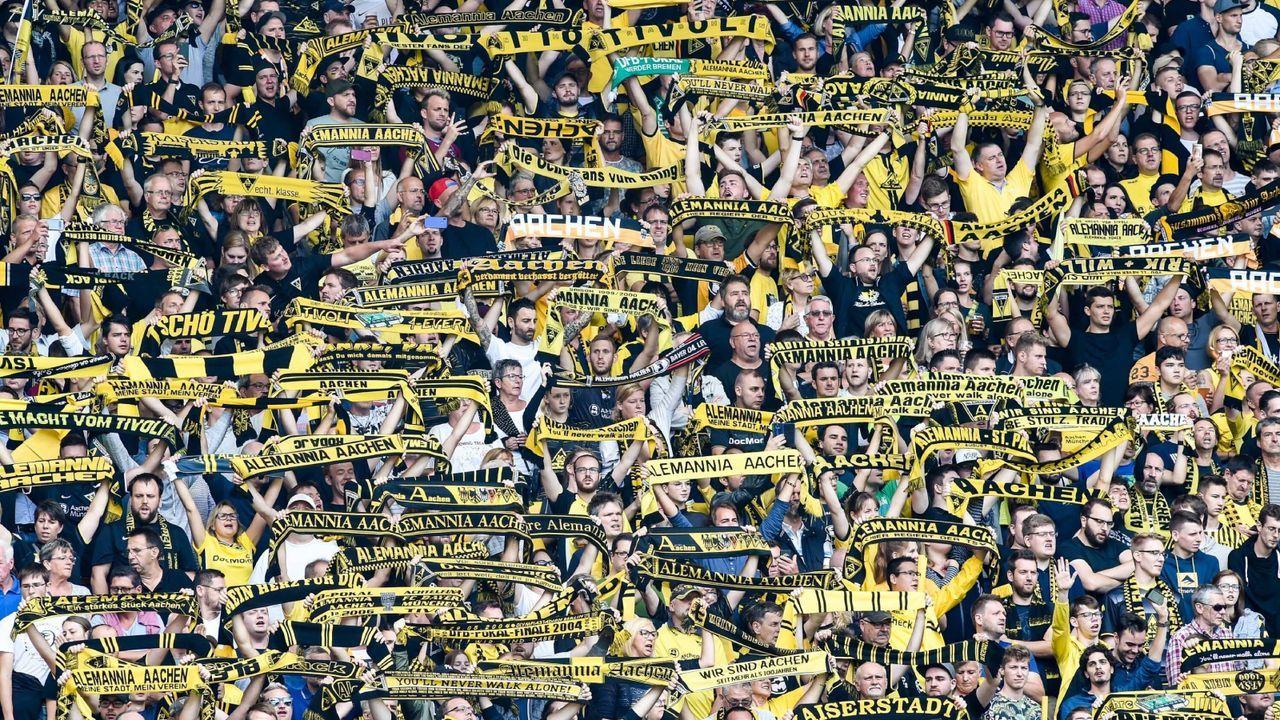 Schals in die Höhe - die Vereinshymne erklingt - Bildquelle: Imago