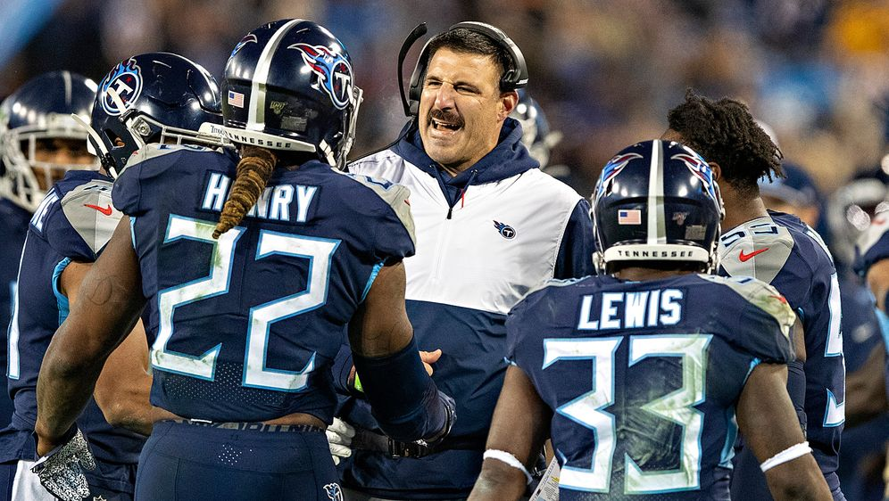 Mike Vrabel (M.) ist in der zweiten Saison Head Coach der Tennessee Titans. - Bildquelle: getty
