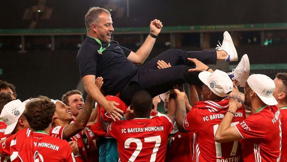 Die Spieler ließen Flick nach dem Pokalsieg hochleben - Bildquelle: AFPPOOLSIDALEXANDER HASSENSTEIN