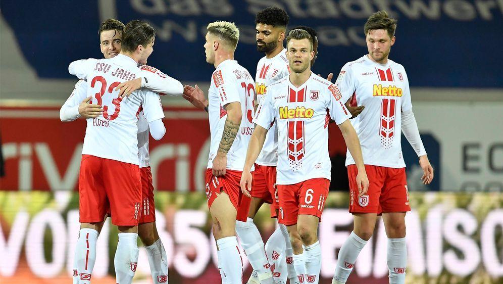 Beim Zweitligisten Jahn Regensburg wurden zwei Spieler positiv auf das Coron... - Bildquelle: Imago Images