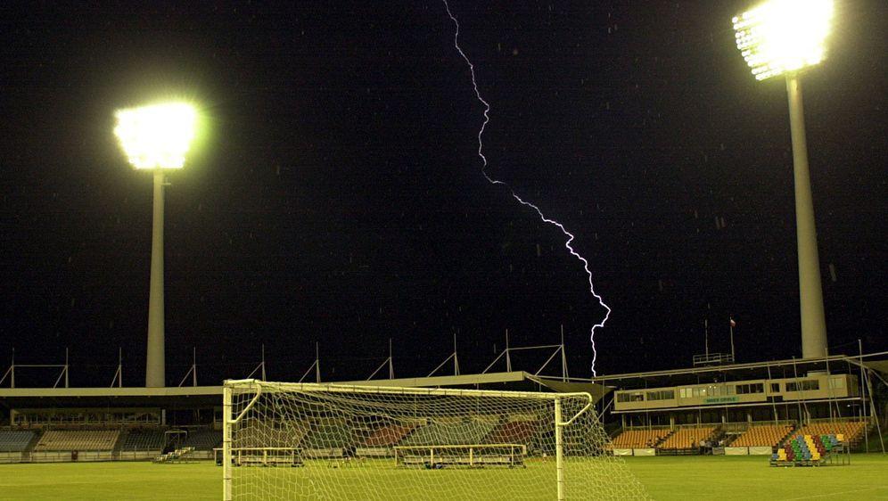 Durch einen Blitzeinschlag in ein Spielfeld in Abtwil werden 14 Jugendliche ... - Bildquelle: Getty Images