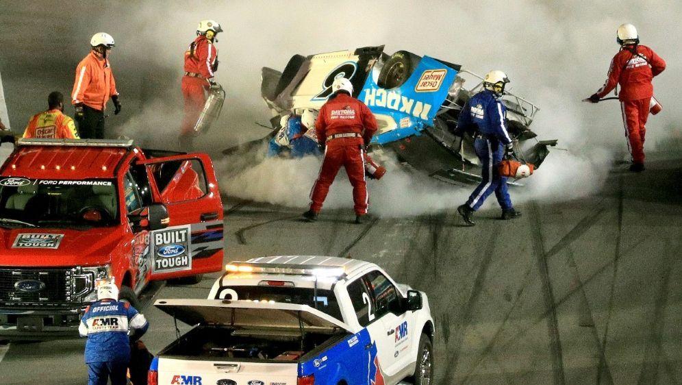 Rettungskräfte bemühen sich um Ryan Newman - Bildquelle: AFPGETTY SIDMike Ehrmann