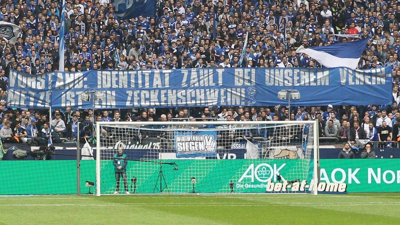 Schalke-Fans protestieren gegen Christoph Metzelder - Bildquelle: Imago
