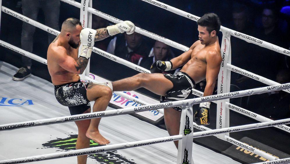 Petchpanomrung Kiatmookao (re.) ist der Glory-Champion im Federgewicht - Bildquelle: imago sportfoto