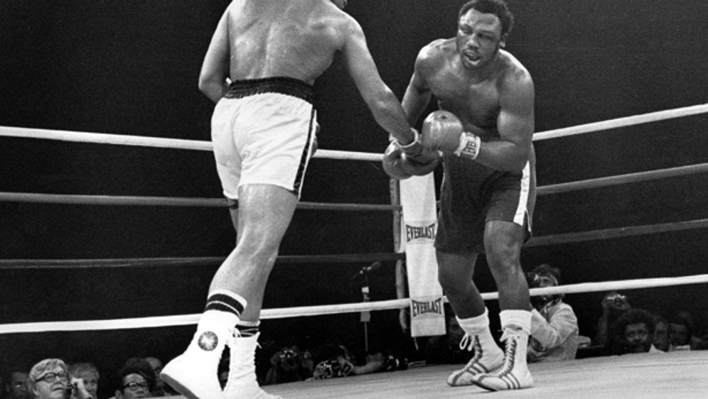 "Muhammad Ali vs. Joe Frazier im ""Thrilla in Manila"" 1975 - Bildquelle: imago"