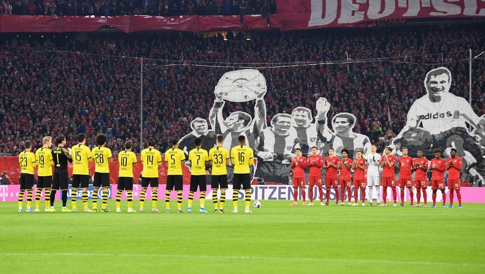 Bayern und Dortmund gedachten vor Anpfiff dem 2009 verstorbenen Nationaltorw... - Bildquelle: 2019 Getty Images