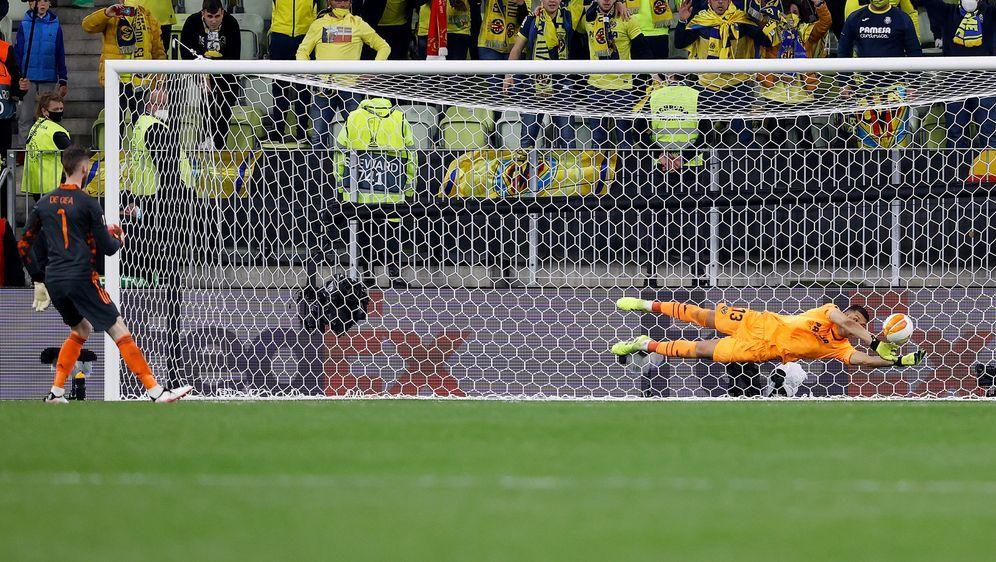 Geronimo Rulli parierte den entscheidenden Elfmeter von United-Keeper David ... - Bildquelle: Getty Images