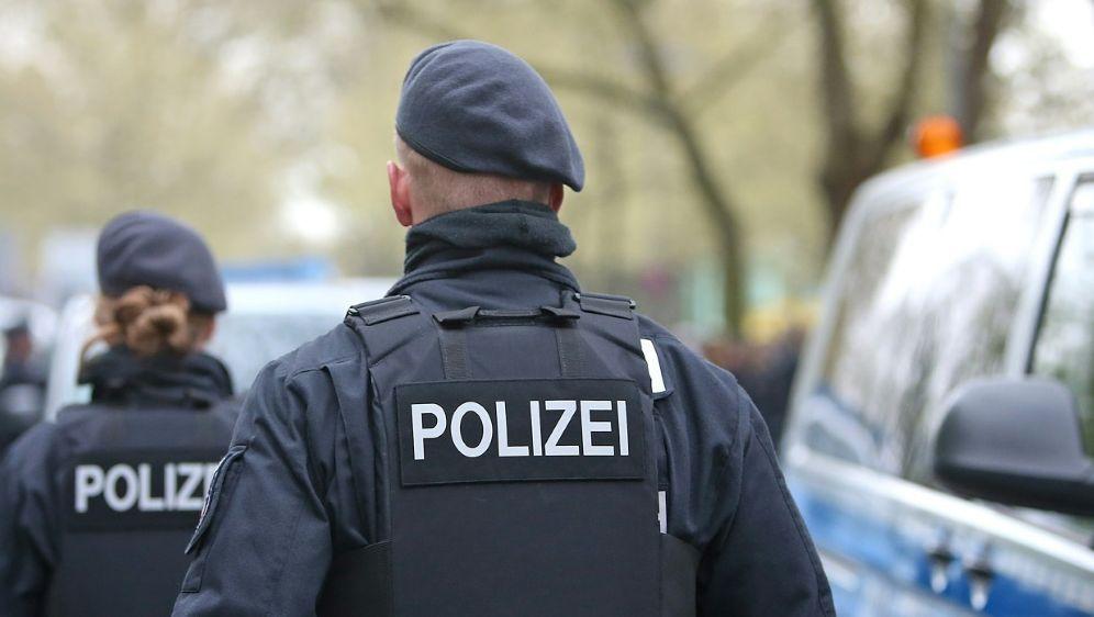 Die Polizei griff bei einer Massenschlägerei ein - Bildquelle: PIXATHLONPIXATHLONSID