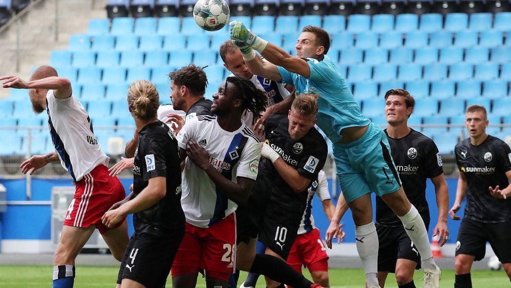 Durcheinander im Sandhäuser Strafraum: Der Hamburger SV muss in seinem letzt... - Bildquelle: Getty Images