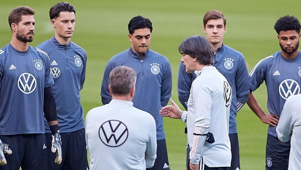 Joachim Löw kann bei der EM auf 26 Spieler zurückgreifen. - Bildquelle: Getty