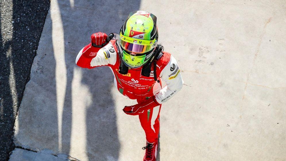 Formel-2-Fahrer Mick Schumacher zementiert mit seinem Sieg im Hauptrennen in... - Bildquelle: Motorsport Images