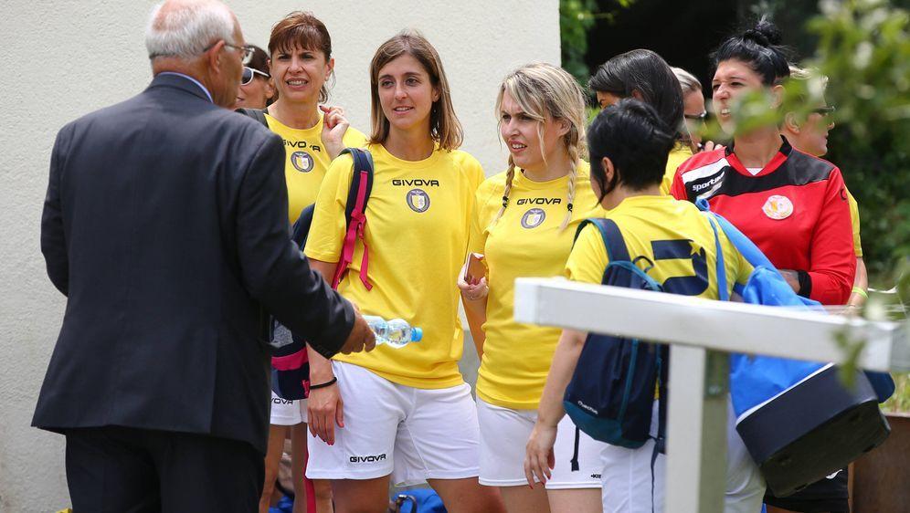 Das Frauen-Team des Vatikans brach sein Debüt-Spiel gegen den FC Mariahilf a... - Bildquelle: imago images / Eibner Europa
