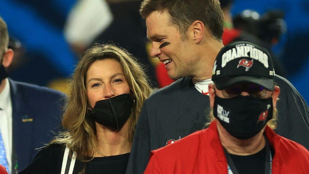 Tom Brady mit seiner Ehefrau Gisele Bündchen - Bildquelle: AFPGETTYSIDMIKE EHRMANN