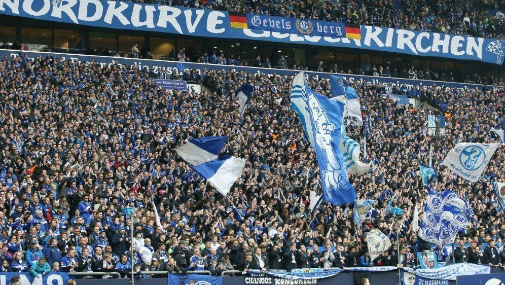Schalker Fans attackieren die Vereinsführung - Bildquelle: FIROFIROSID