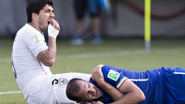 Luis Suarez beißt drei Gegenspieler - Bildquelle: imago/Moritz M¸ller