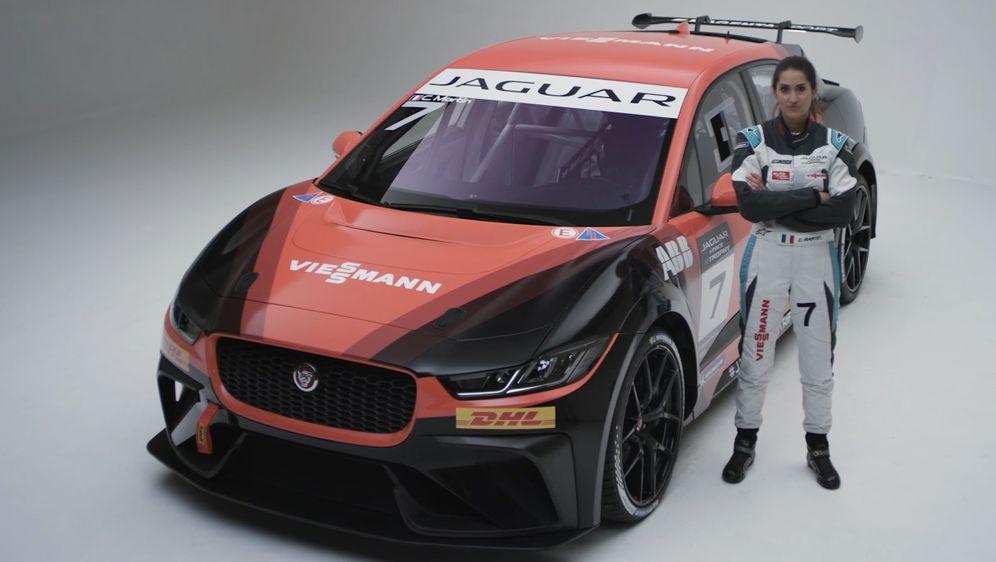 Célia Martin und das Auto des Team Germany. - Bildquelle: Jaguar