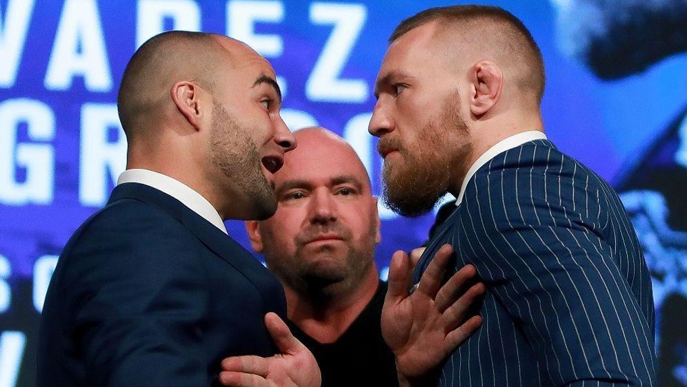 Conor McGregor (r.) fordert Eddie Alvarez (l.) bei UFC 205 heraus - Bildquelle: Getty Images