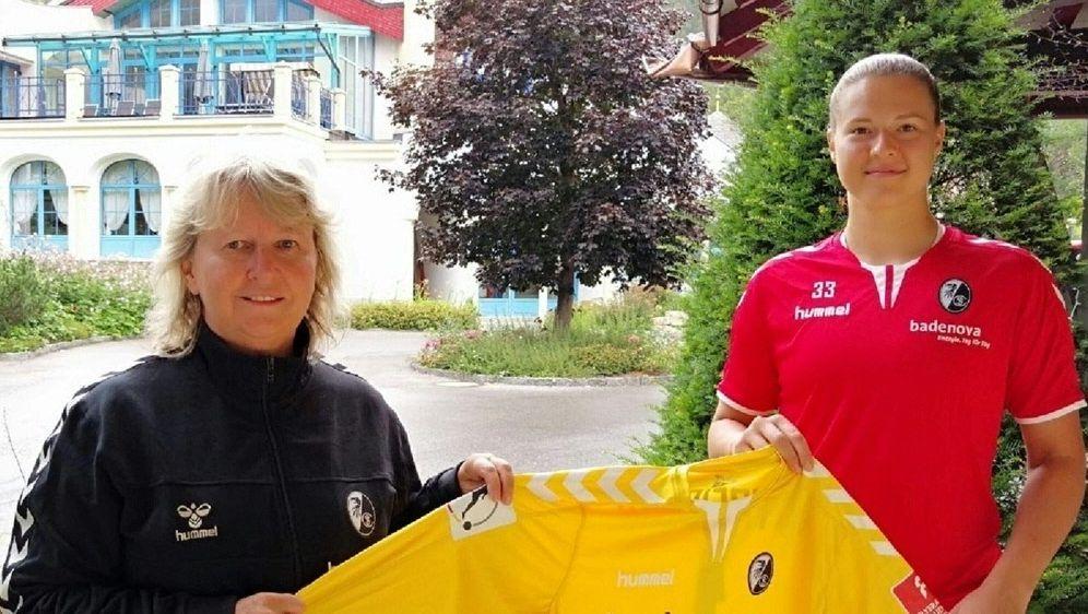 Elvira Herzog unterschreibt beim SC Freiburg - Bildquelle: SC FREIBURGSC FREIBURGSC FREIBURG