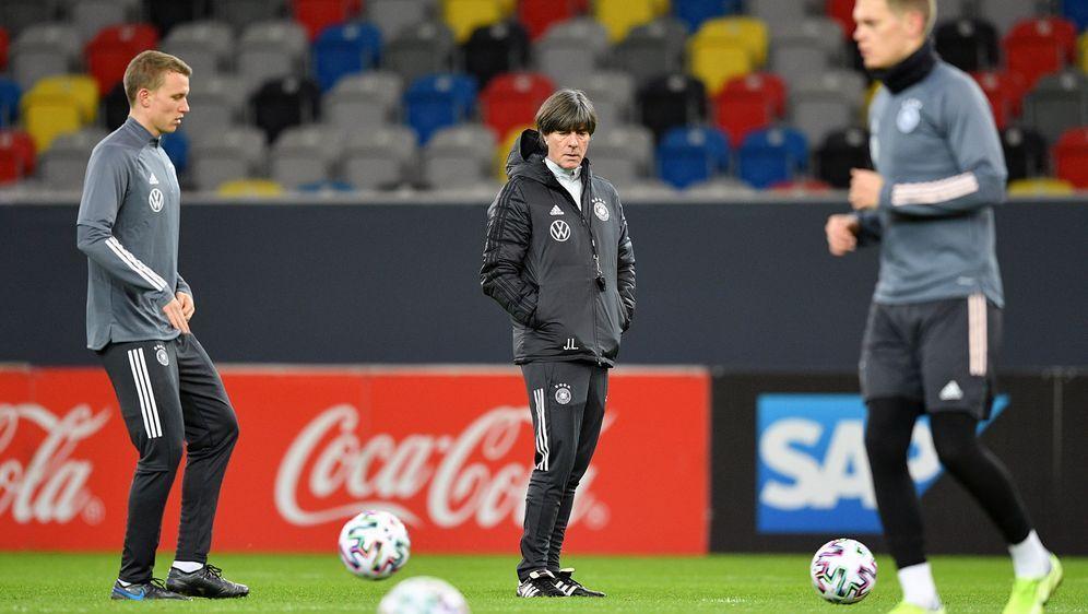 Bundestrainer Joachim Löw braucht nach dem Ausfall von Niklas Süle zumindest... - Bildquelle: 2019 Getty Images