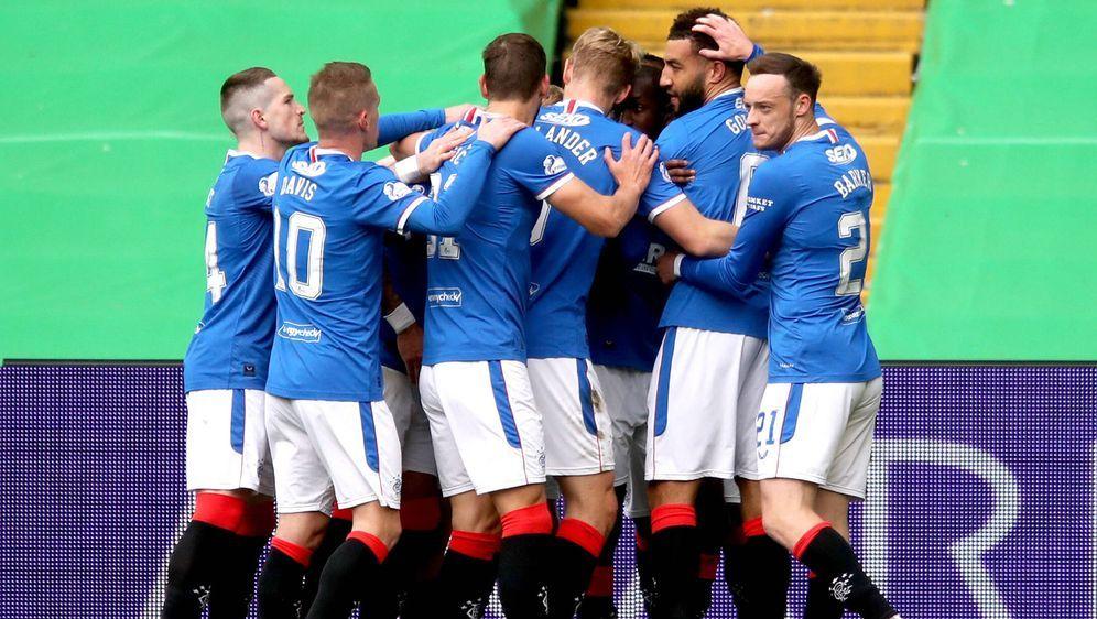 Die Rangers feiern den Doppelpack vonConnor Goldson und den 2:0-Auswärtssie... - Bildquelle: Imago Images