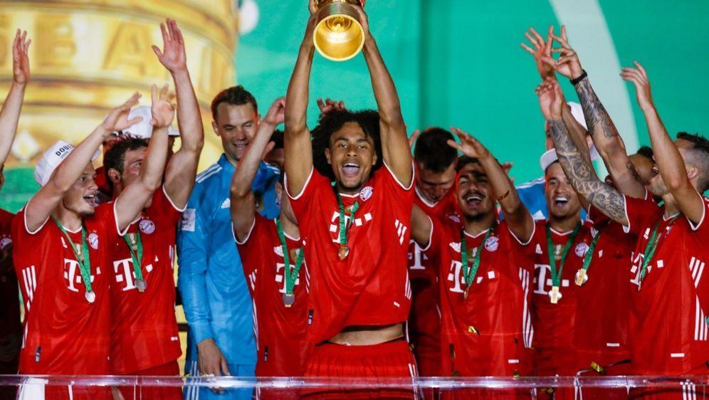 Joshua Zirkzee stemmt den DFB-Pokal in die Luft - Bildquelle: FIROFIROSID