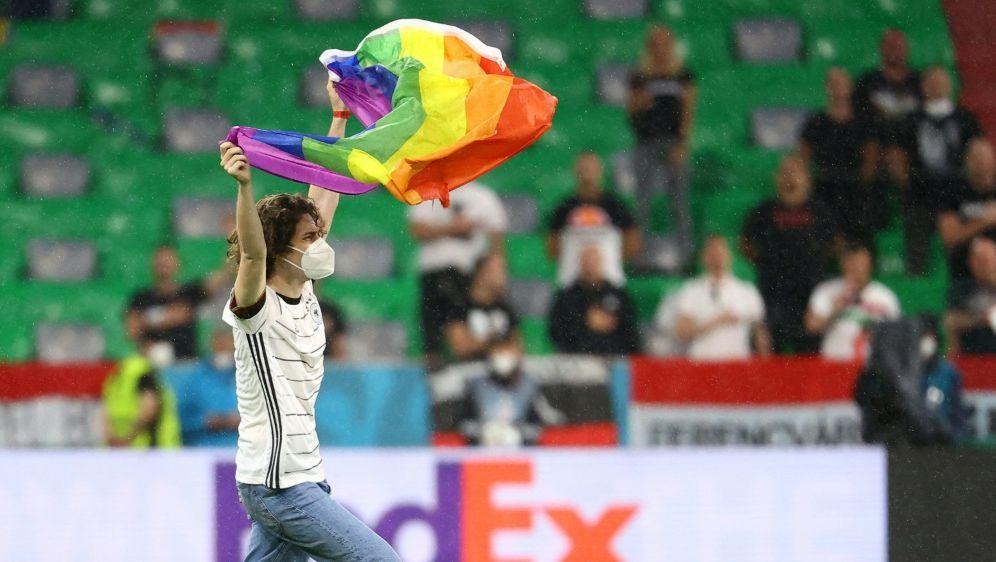Flitzer mit Regenbogen-Fahne vor DFB-Spiel - Bildquelle: AFPSIDKAI PFAFFENBACH