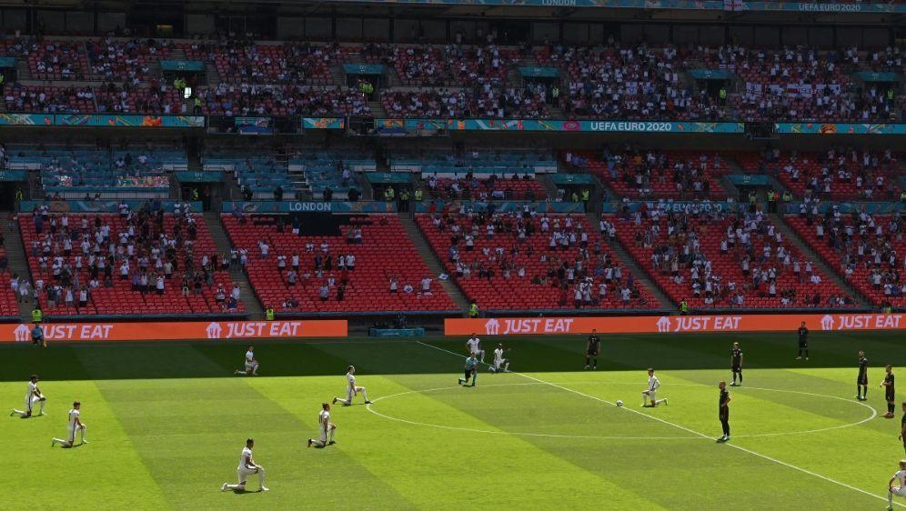 Die englischen Spieler knien erneut vor einem Spiel - Bildquelle: AFPSIDJUSTIN TALLIS