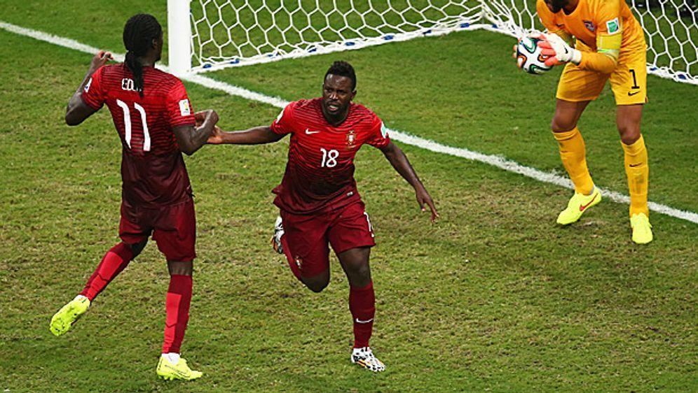 PortugalsSilvestre Varela (M.) erzielte kurz vor Schluss den Treffer zum 2:... - Bildquelle: Getty