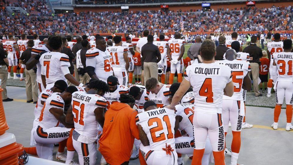 Spieler der Cleveland Browns knieten bei der US-Hymne - Bildquelle: GETTYAFPSIDJoe Robbins