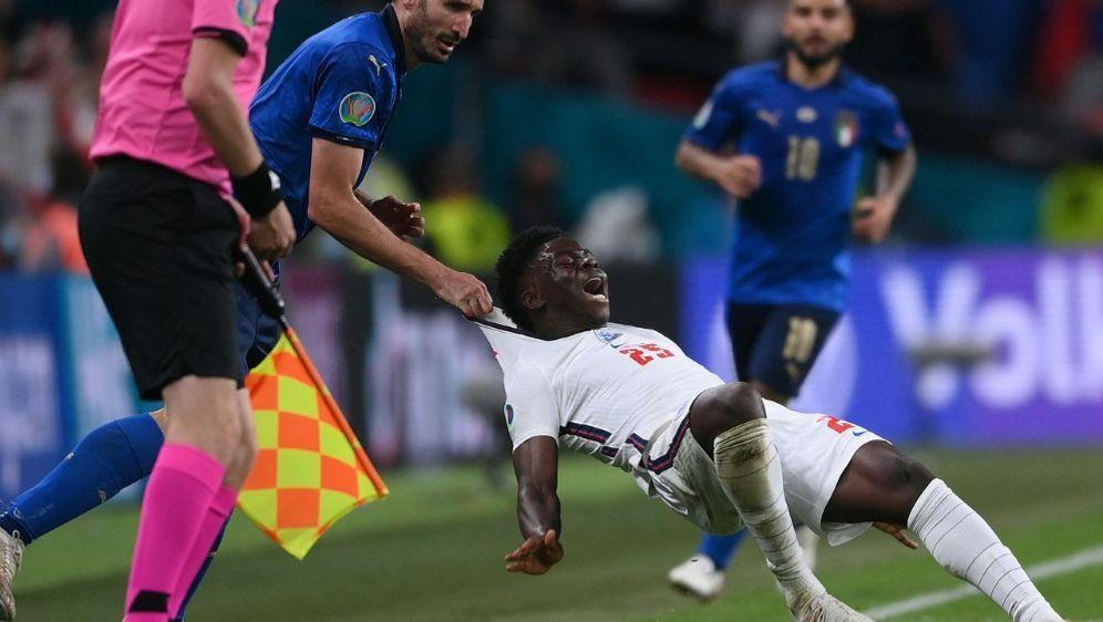 Chiellini foulte Saka in der Nachspielzeit - Bildquelle: AFPPOOLSIDLAURENCE GRIFFITHS