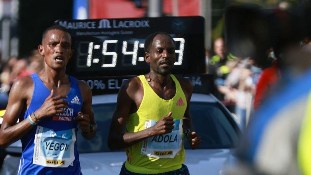 Gewinner des 47. Berlin-Marathons: Guye Adola (r.) - Bildquelle: AFPSIDODD ANDERSEN