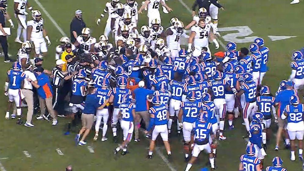 Unschöne Szenen zwischen den Florida Gators (in blau) und den Missouri Tiger... - Bildquelle: twitter.com/ESPNCFB