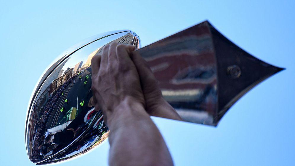Begehrtes Schmuckstück: Die Vince Lombardi Trophy wird am Ende der Jubiläums... - Bildquelle: Getty Images
