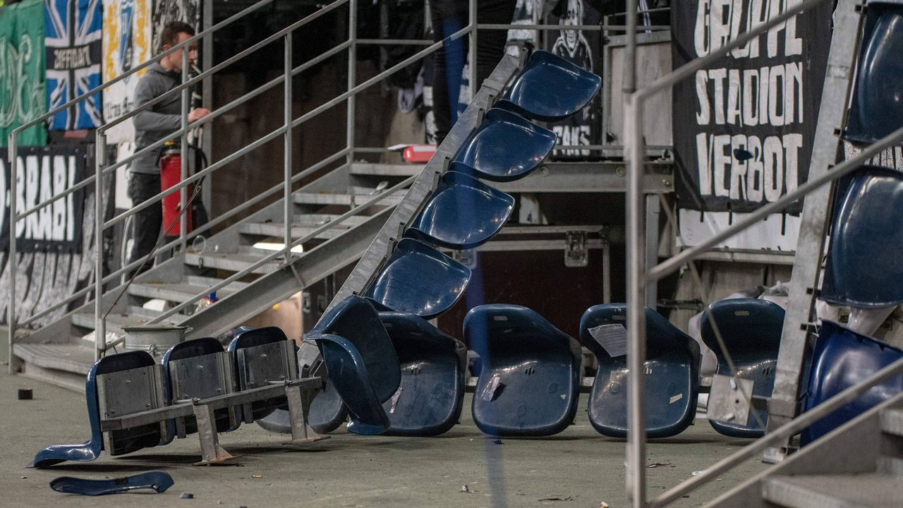 SGE-Fans sorgen selbst für Stehplätze - Bildquelle: imago images / Hartenfelser