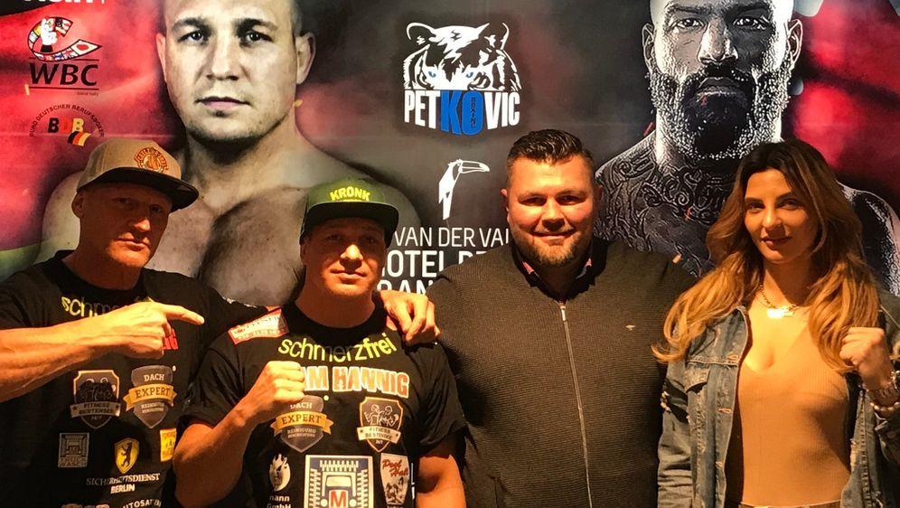 Nick Hannig (2.v.l.) und Christina Hammer (re.) sind bereit für ihre Kämpfe - Bildquelle: Petkos Fight Promotion