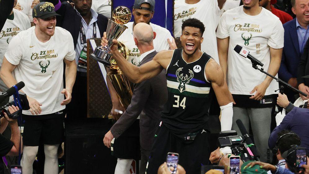 Giannis Antetokounmpo feiert den Titel sowie die MVP-Auszeichnung - Bildquelle: Getty