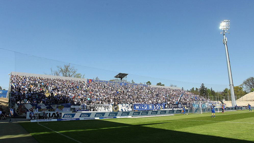 Laut DFB nicht zweitligatauglich: Das Wildparkstadion, Heimstätte des Karlsr... - Bildquelle: imago