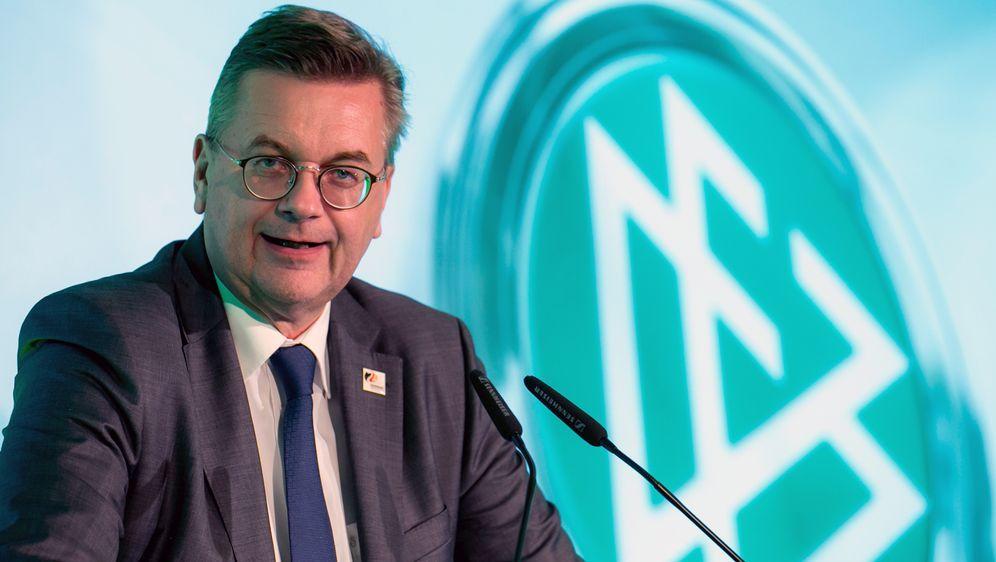Reinhard Grindel holte die EM 2024 als DFB-Präsidentmit seinem Team nach De... - Bildquelle: 2018 Getty Images